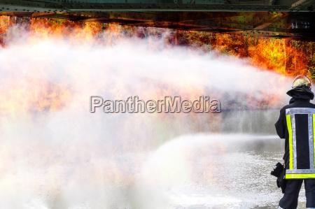 feuerwehr loescht einen grossbrand