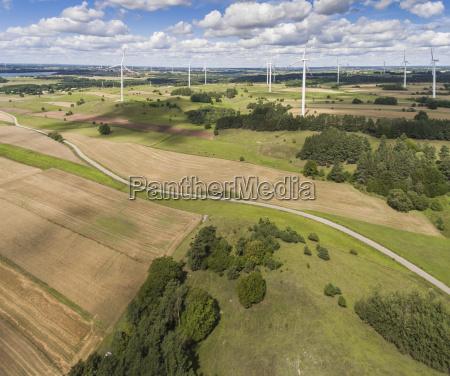 windkraftanlagen in suwalki polen blick von