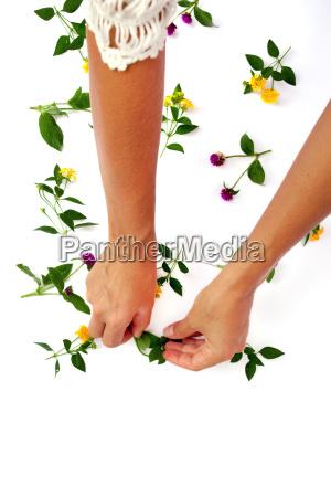 blumenmuster mit hand rosa klee und