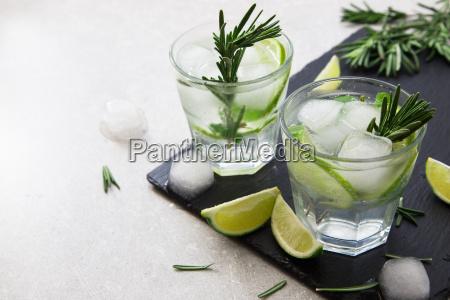 kalk limonade mit rosmarin und eis