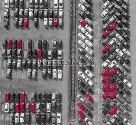 luftbild viele fahrzeuge auf dem parkplatz