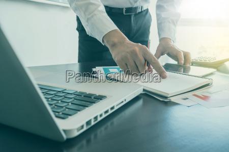 geschaeftsmann arbeitet mit digitalen tablet und