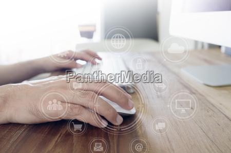 die haende des mannes mit computer