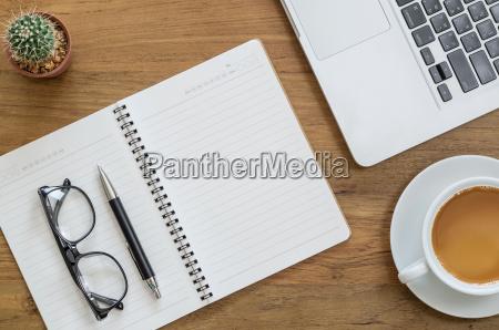 holz schreibtisch tabelle mit notebook laptop