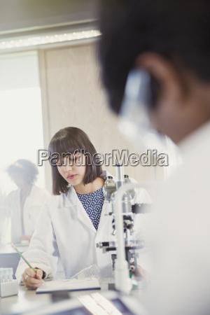 weiblicher student der durchfuehrung wissenschaftlicher experiment