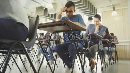 college studenten test am schreibtisch im