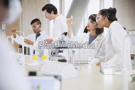 college studenten der durchfuehrung wissenschaftliche experiment