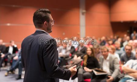 sprecher der auf geschaeftskonferenz veranstaltet wird