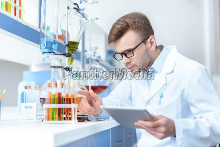junge konzentriert mann wissenschaftler digitale tablette