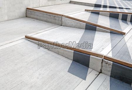 rollstuhl rampe mit rotem teppich fuer
