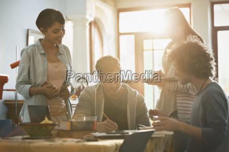 junge paare college studenten am tisch