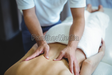 physiotherapeutin gibt massage an eine frau