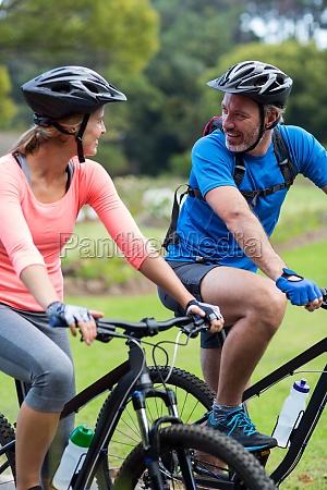 sportlich paar sucht von angesicht zu