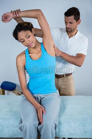 die frau des physiotherapeuten die zurueck