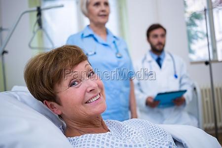 mujer risilla sonrisas salud medicinal relajacion