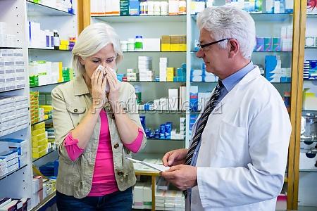 niesender kunde beim verordnen des apothekers