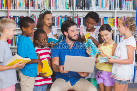 lehrer der kinder am laptop in