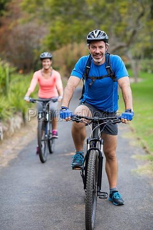 sportlich paar radfahren auf der strasse