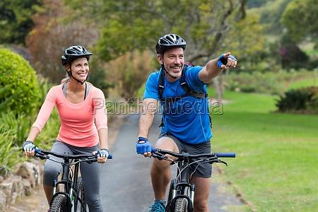 sportlich paar zeigen waehrend des fahrrad