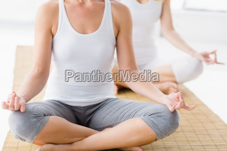 frauen in lotus position machen yoga