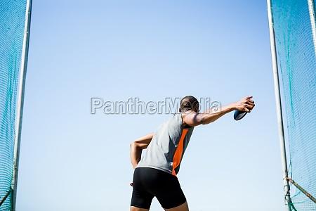 athlet um einen diskus zu werfen