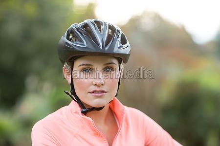 weiblicher athletischer trug fahrradhelm