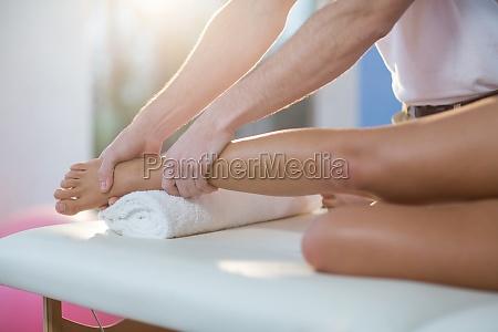 maennliche physiotherapeuten geben knie massage fuer