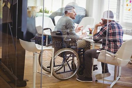 volle laenge der handicap geschaeftsmann diskutieren