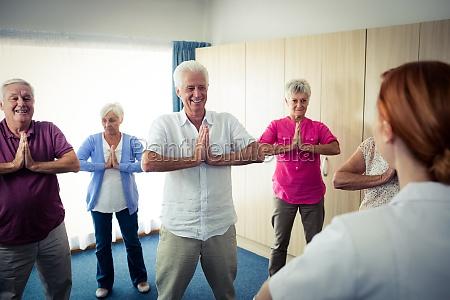 gruppe von senioren die UEbungen mit