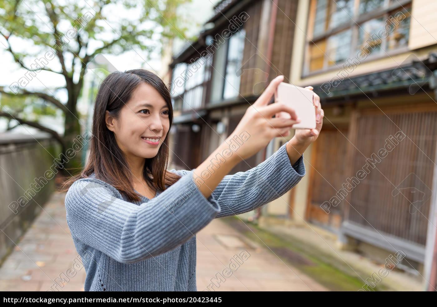 frau, die, foto, durch, handy, nimmt - 20423445