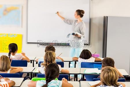 schulkinder unterrichtet