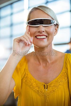 weibliche geschaeftsfuehrerin mit virtual reality videobrille