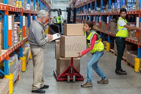 worker haelt schwere kartons und suchen