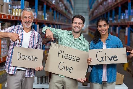 glueckliche freiwilligen halten zu unterzeichnen und
