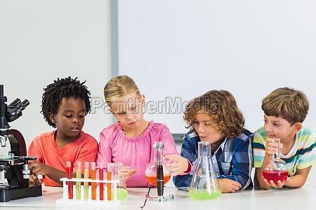 kinder machen ein chemisches experiment im