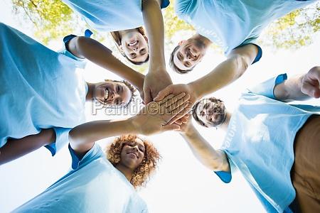gruppe von freiwilligen bildung huddles