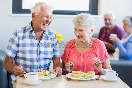 senioren zu mittag zusammen