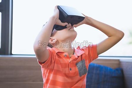schulkind mit virtual reality brille in