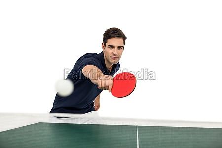 portraet des maennlichen athleten spielen tischtennis