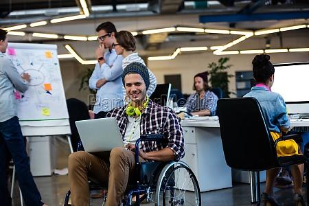 designer im rollstuhl mit computer