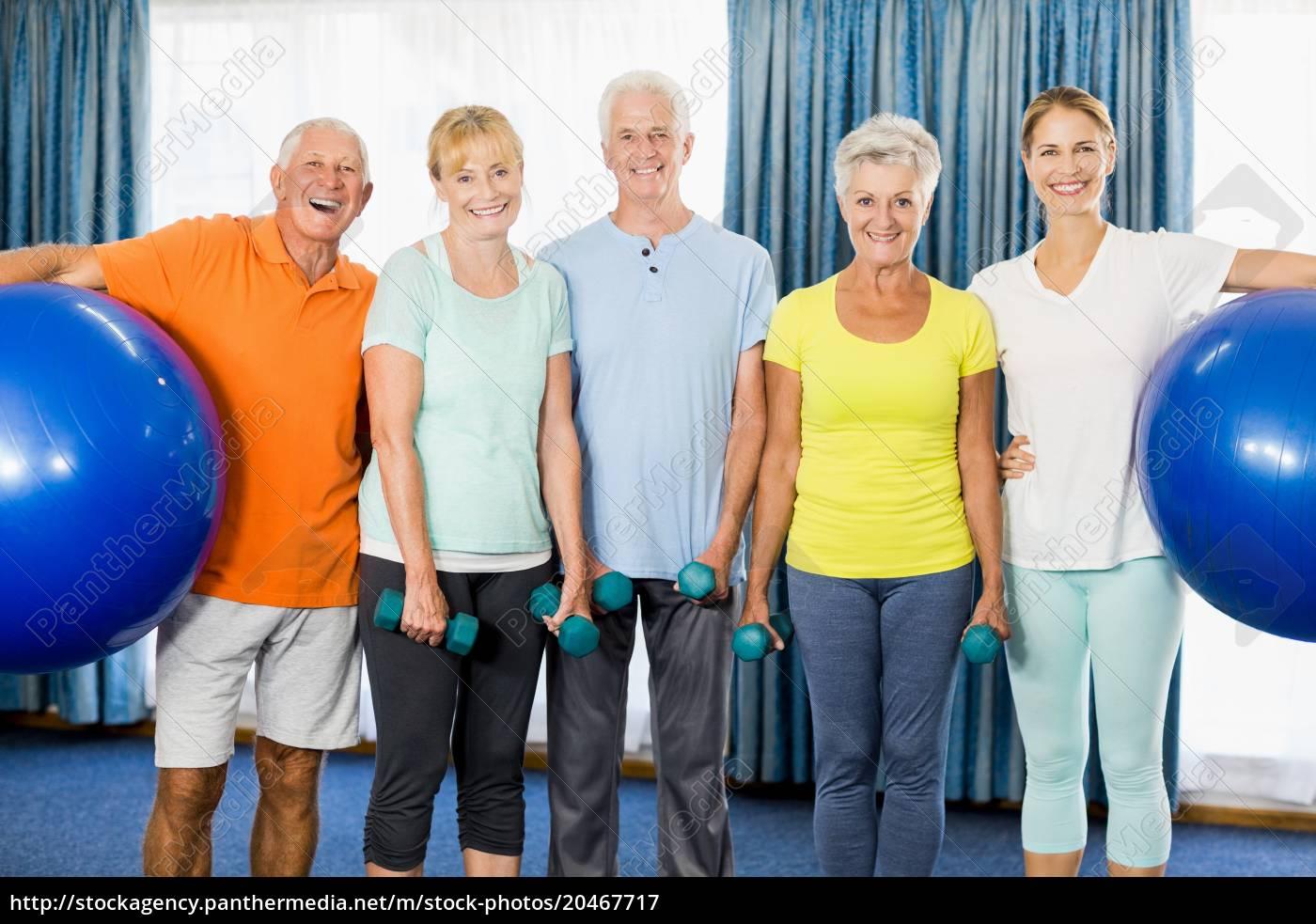 senioren, ausübung, ball, halten, und, gewichte - 20467717