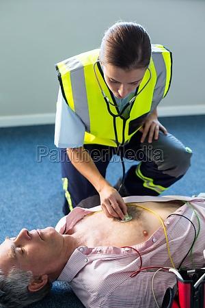 sanitaeter einen patienten waehrend einer herz
