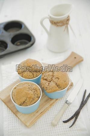 glutenfreie bananenmuffins und zwei vanilleschoten