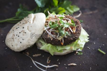 ein gua bao mit veganer bohnenburger