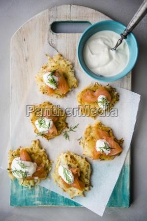 roesti gebratener schweizer kartoffelkuchen mit raeucherigem