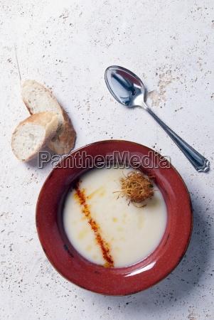 eine schuessel parsnipsuppe mit paprikapulver