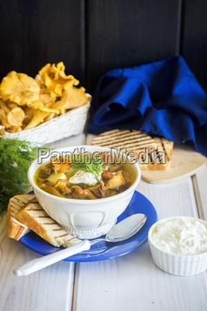 pilzsuppe mit huehnerbruehe pfifferlingspilzen kartoffeln dill