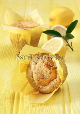 zitronen und sultana muffins auf gelbem