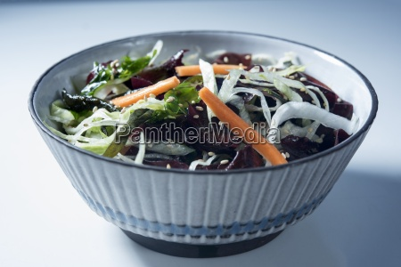 asiatischer algensalat mit karotten in einer