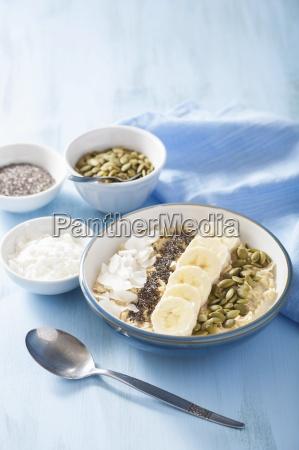 porridge mit bananen kuerbiskernen chia samen